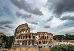 Colosseum, amphitheater, dramatic clouds, Rome, Lazioの写真素材 [FYI02341377]