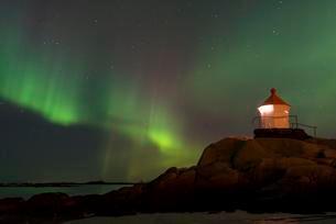 Northern Lights over a lighthouse, Eggum, Vestvagoyの写真素材 [FYI02341391]