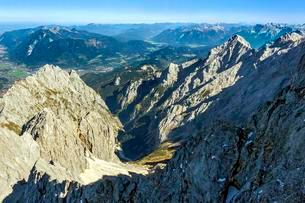 View from Zugspitze, Waxenstein left, Alpspitze rightの写真素材 [FYI02341396]