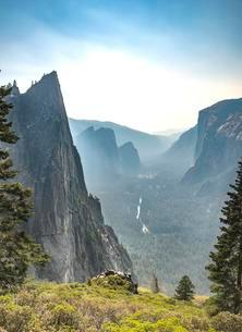 View of Yosemite Valley, Four Mile Trail, Taft Point, Elの写真素材 [FYI02341426]