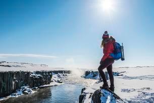 Woman looking into distance, Hafragilsfoss Waterfall inの写真素材 [FYI02341433]