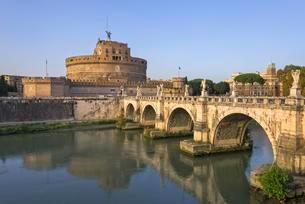 Castel Sant'Angelo and Ponte Sant'Angelo over the Tiberの写真素材 [FYI02341434]