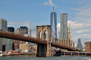 Manhattan Bridge and Freedom Tower, One World Trade Centerの写真素材 [FYI02341435]