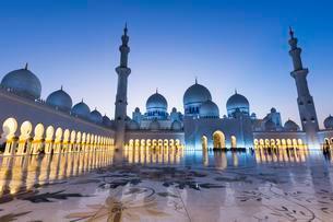 Courtyard of the Sheikh Zayed Mosque, Sheikh Zayed Grandの写真素材 [FYI02341439]