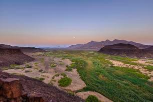 Moon rising in dry river valley, evening mood, Huab Riverの写真素材 [FYI02341453]