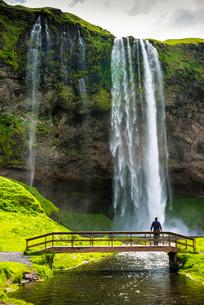 Seljalandsfoss Waterfall, with bridge, Iceland, Europeの写真素材 [FYI02341461]
