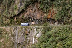 Bus on Death Road, Camino de la Muerte, Yungas North Roadの写真素材 [FYI02341476]