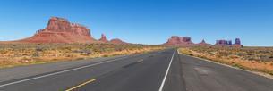 Road to Monument Valley, Navajo Nation, Arizona, USA, Northの写真素材 [FYI02341504]