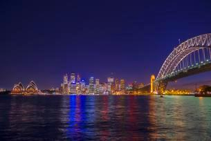Harbour Bridge and skyline at night, Sydney, New Southの写真素材 [FYI02341522]
