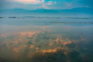 Sunrise and water reflection at Inle Lake, Shan Stateの写真素材 [FYI02341546]