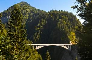 Salginatobel Bridge with three-hinged arch made ofの写真素材 [FYI02341549]