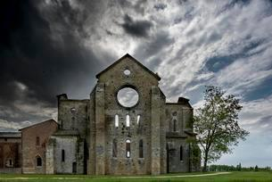 Dark clouds over the ruins of the former Cistercian Abbeyの写真素材 [FYI02341571]