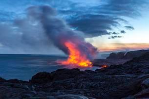Lava entering ocean, Kalapana, Hawai'i Volcanoes Nationalの写真素材 [FYI02341587]