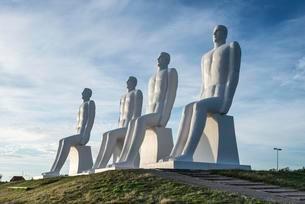 Huge sculptures, Mennesket ved Havet, by Svend Wiig Hansenの写真素材 [FYI02341655]