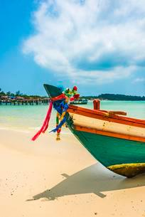 Idyllic sandy beach with traditional long-tail boat at Longの写真素材 [FYI02341676]