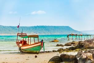 Idyllic sandy beach with traditional long-tail boat at Longの写真素材 [FYI02341695]