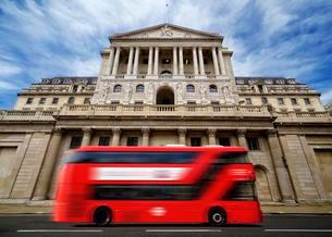 Bank of England with a passing red London double-deckerの写真素材 [FYI02341723]