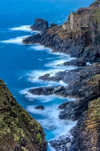 Cliff near Trewellard, Tin Mines, Cornwall, United Kingdomの写真素材 [FYI02341736]