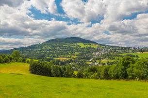 View of Pohlberg, Geyersdorf and the typical Steinruckenの写真素材 [FYI02341743]