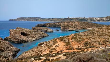 Yacht in Blue Lagoon, island of Gozo in background, Cominoの写真素材 [FYI02341757]