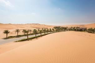 Qasr Al Sarab Desert Resort by Anantara, surrounded by highの写真素材 [FYI02341790]