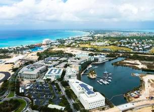 Business District and Marina, George Town, Grand Caymanの写真素材 [FYI02341822]