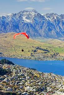 Paraglider over lake Wakatipu and Queenstown, South Islandの写真素材 [FYI02341837]