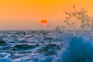 Sea, Surf, Sunset, Chaung Thar Beach, Bay of Bengalの写真素材 [FYI02341845]