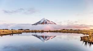 Reflection in Pouakai Tarn, stratovolcano Mount Taranaki orの写真素材 [FYI02341857]