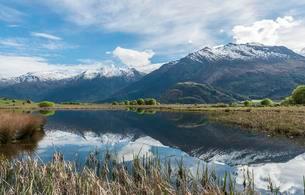 Mountain range reflected in a lake, Matukituki Valleyの写真素材 [FYI02341871]