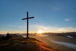 Sunrise, the summit cross at Hirschhornlkopf, Jachenauの写真素材 [FYI02341875]