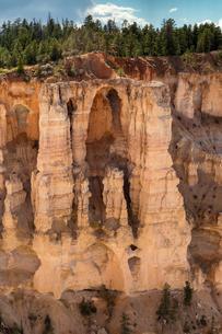 Bizarre rock formations, stone bridge, hoodoos or fairyの写真素材 [FYI02341897]