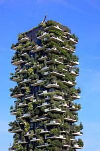 Bosco Verticale, twin tower, green high-rise with trees andの写真素材 [FYI02341905]