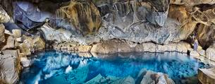 Natural pool Grjotagja, crevices, hot fountainの写真素材 [FYI02341918]