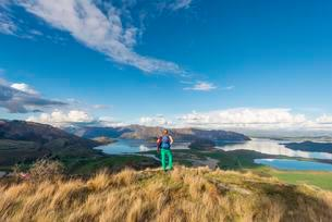 Hiker overlooking Lake Wanaka, Rocky Peak, Rocky Peak Parkの写真素材 [FYI02341962]
