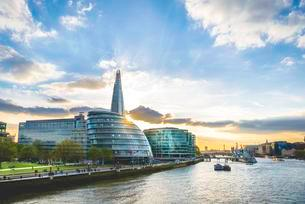 Promenade on the Thames, Potters Fields Park, Skylineの写真素材 [FYI02341971]
