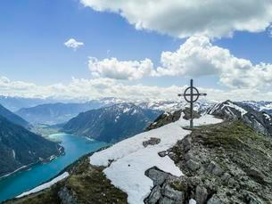 View of Achensee and Seekarspitze with summit cross inの写真素材 [FYI02341977]