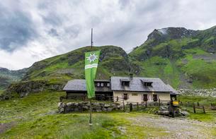 Landawirseehutte with Alpine Club flag, mountain cabinの写真素材 [FYI02341993]