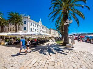 Riva Promenade and Palazzo, Old Town Trogir, UNESCO Worldの写真素材 [FYI02342008]