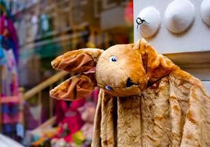 Kangaroo Jacket made of Plush, hanging in front of shopの写真素材 [FYI02342020]