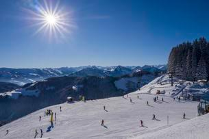 Piste, ski area Wilder Kaiser-Brixental, alpine panorama atの写真素材 [FYI02342046]
