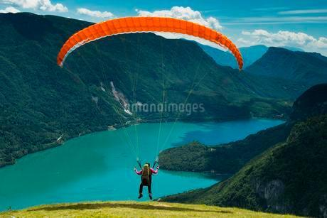 Paraglider starting above Molveno Lake, Trentino Provinceの写真素材 [FYI02342062]