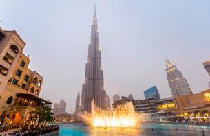 Burj Khalifa, artificial lake with lighted fountain, blueの写真素材 [FYI02342071]
