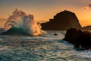 Large wave at sunrise, Porto Moniz, Madeira, Portugalの写真素材 [FYI02342103]