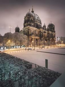 Snowy Berlin Cathedral, Dawn, Berlin, Germany, Europeの写真素材 [FYI02342107]