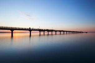 Evening atmosphere with pier, Baltic Sea, Prerowの写真素材 [FYI02342114]