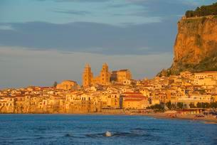 Historic centre, Santissimo Salvatore Cathedral and cliffの写真素材 [FYI02342118]