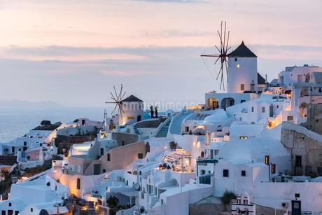 Townscape with windmills, dusk, Oia, Santorini, Cycladesの写真素材 [FYI02342176]