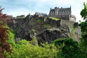 View to Edinburgh Castle, Princes Street Gardensの写真素材 [FYI02342194]