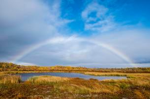 Small lake in autumnal landscape with rainbow, Norrbottensの写真素材 [FYI02342202]